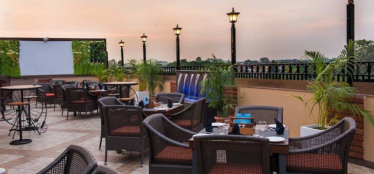 Experience Delicious Food & Breathtaking View At Glades Hotel